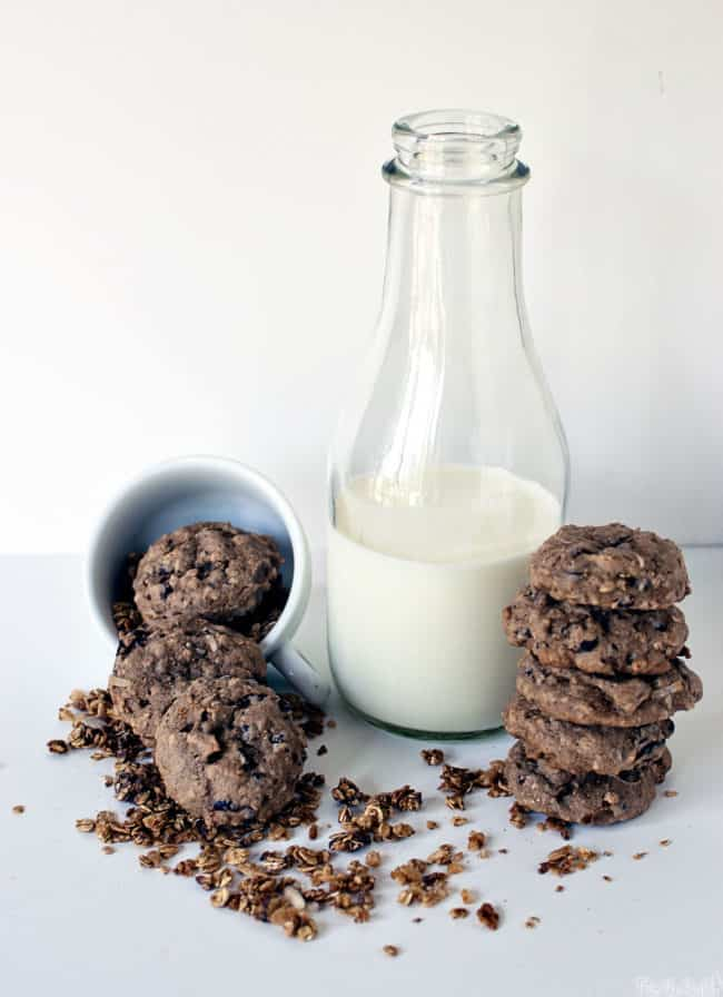 Dark Chocolate Almond Granola Breakfast Cookies are little bites of healthy goodness, ready to help you kick start your morning! \\ PassTheSushi.com