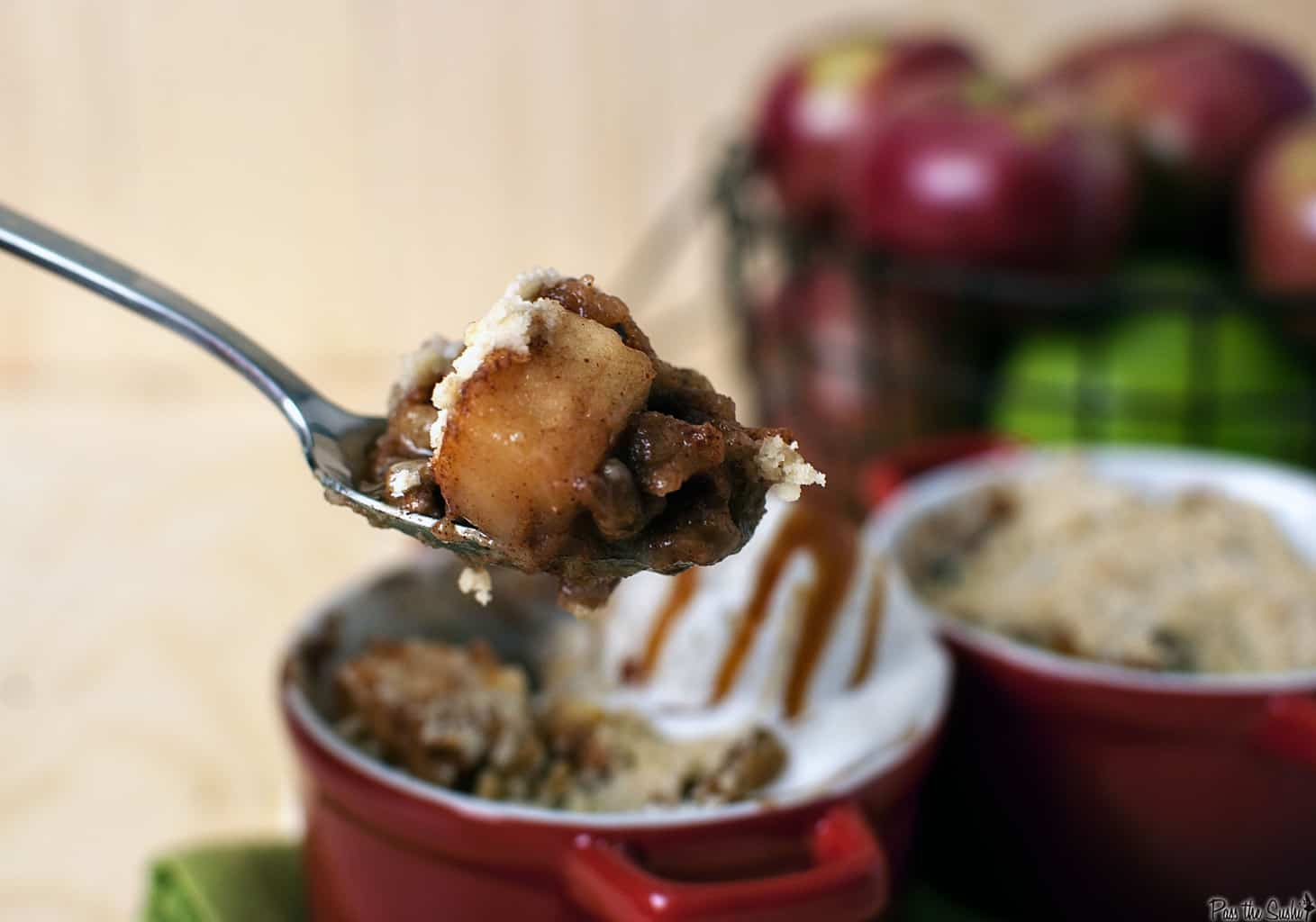 Apple cinnamon crumble is the perfect fall dessert! Juicy apples, warm ...